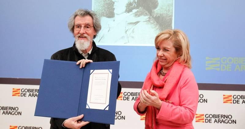 Rafael Navarro recibió ayer de manos de Dolores Serrat el diploma que le acredita como ganador del premio Aragón-Goya. - Foto: CHUS MARCHADOR