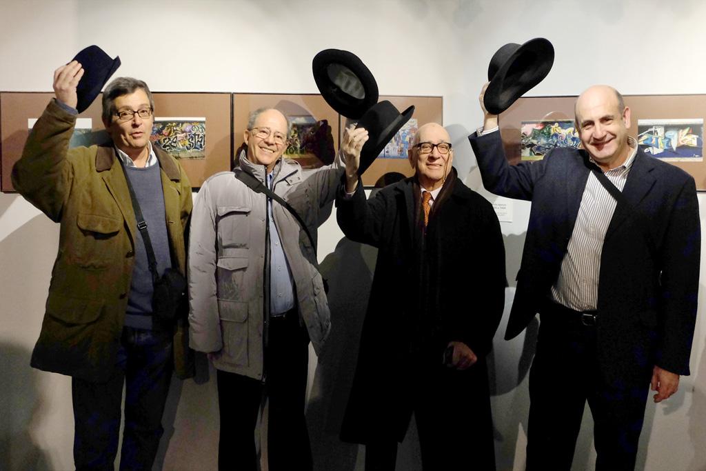 Los hombres del sombrero de negro. Fotografía de Pedro Medrano