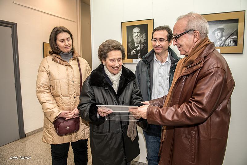 Inauguracion Premio Retrato 2013_entrega de la placa a la familia_foto de Julio marín