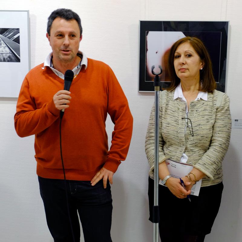 """Luis Aragonés, presidente de la Agrupación Fotográfica d eGuadalajara presentando la exposición """"Con otros ojos"""". Fotografía de LM Mencía"""